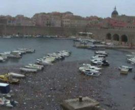 Хорватское побережье завалено мусором