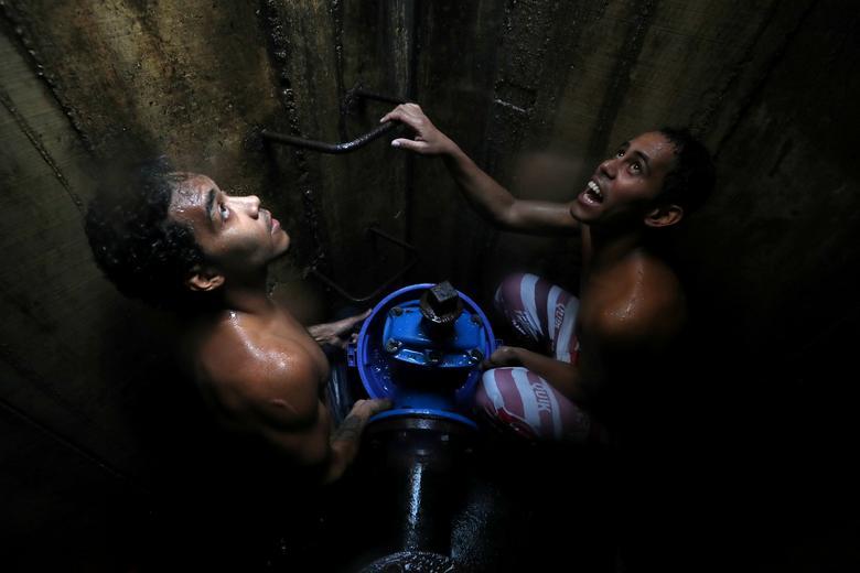 Венесуэльцы собирают воду