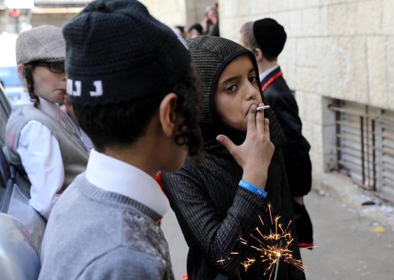 Еврейский мальчик курит сигарету