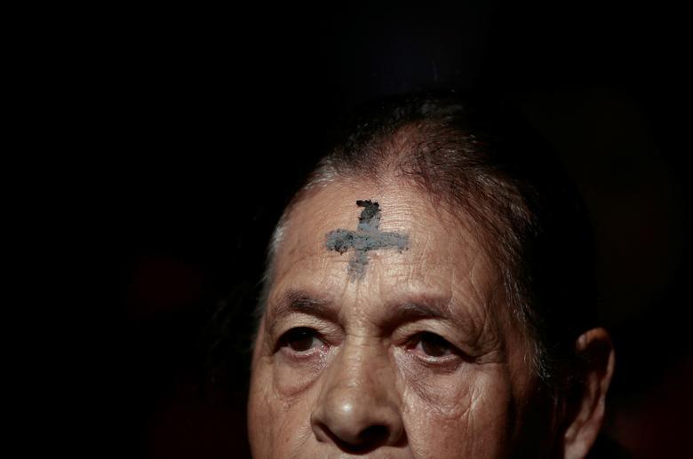 Женщина с крестом пепла на лбу