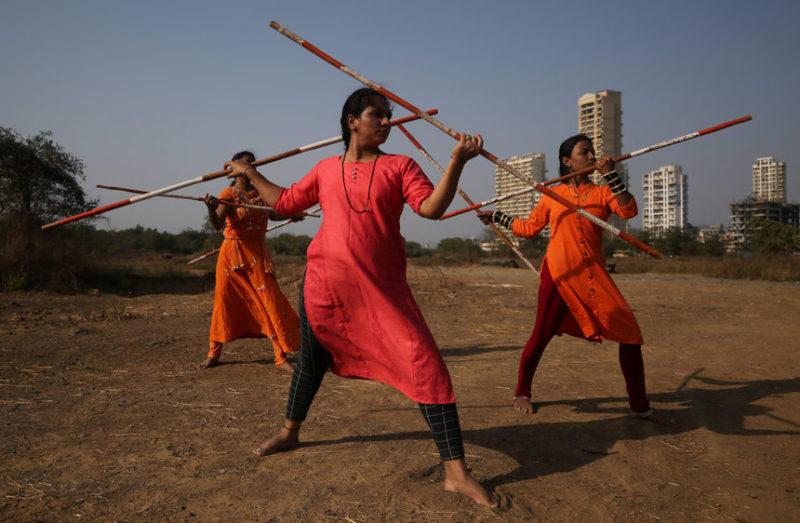 Женщины практикуют боевое искусство