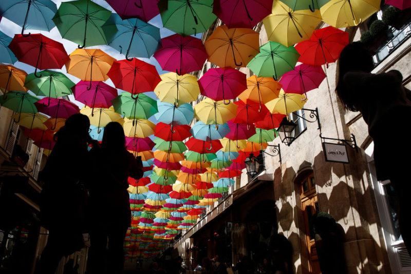 Инсталляция 800 цветных зонтиков
