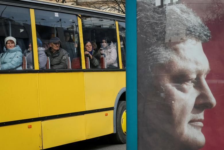 Люди едут на автобусе