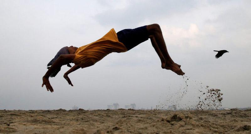 Мальчик на пляже в Кочи, Индия.