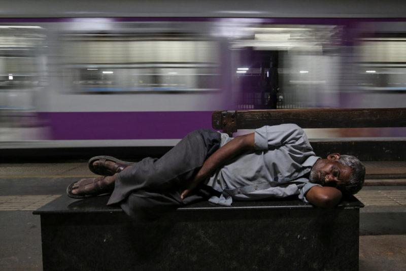 Мужчина спит на вокзале