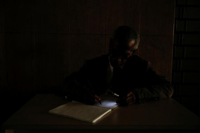Охранник использует свет от телефона