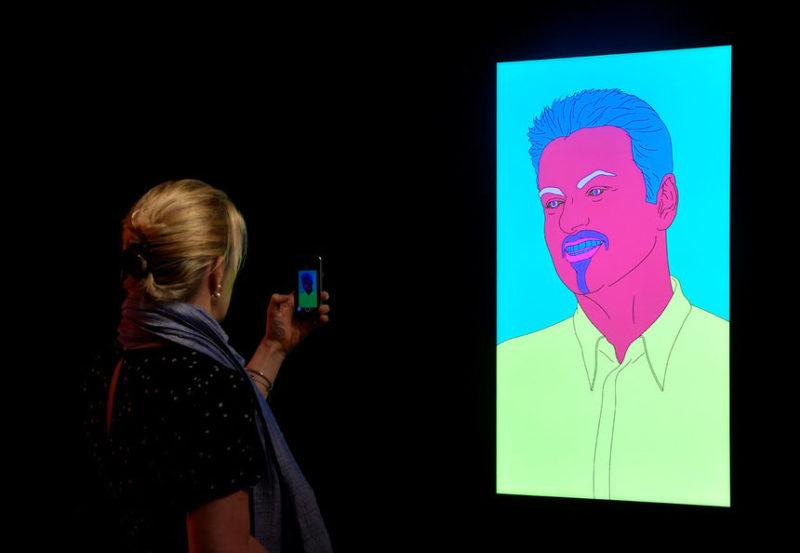 Посетитель фотографирует портрет