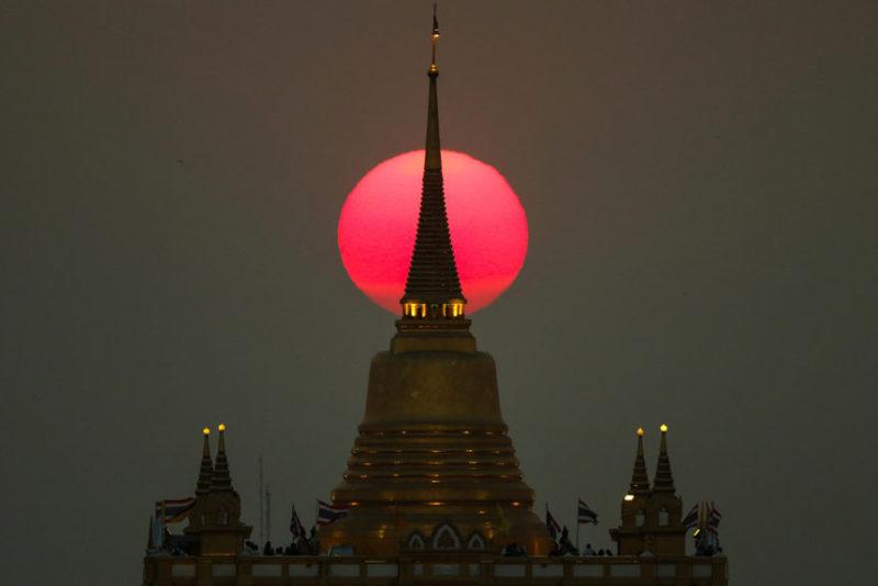 Солнце садится за храм
