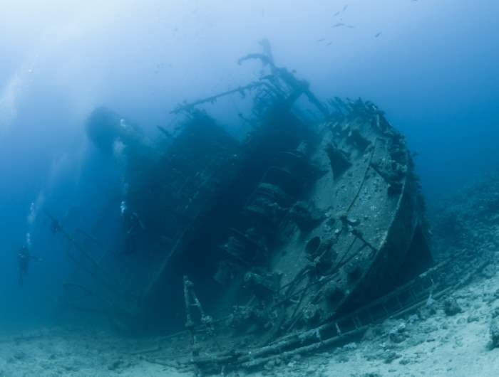 выжил на затонувшем корабле