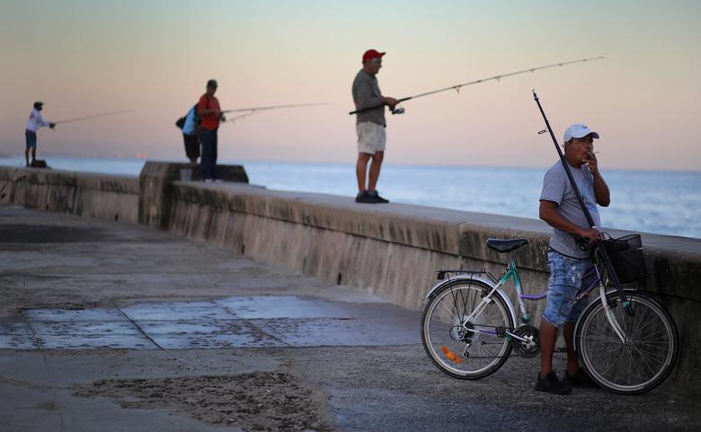 люди ловят рыбу