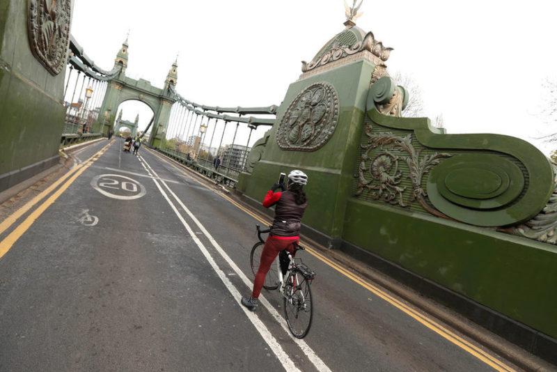 Велосипедист снимает мост