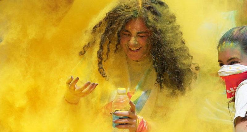 Девушка покрыта желтой