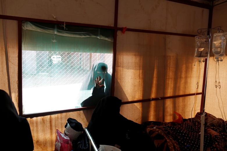 Женщина смотрит снаружи палатки