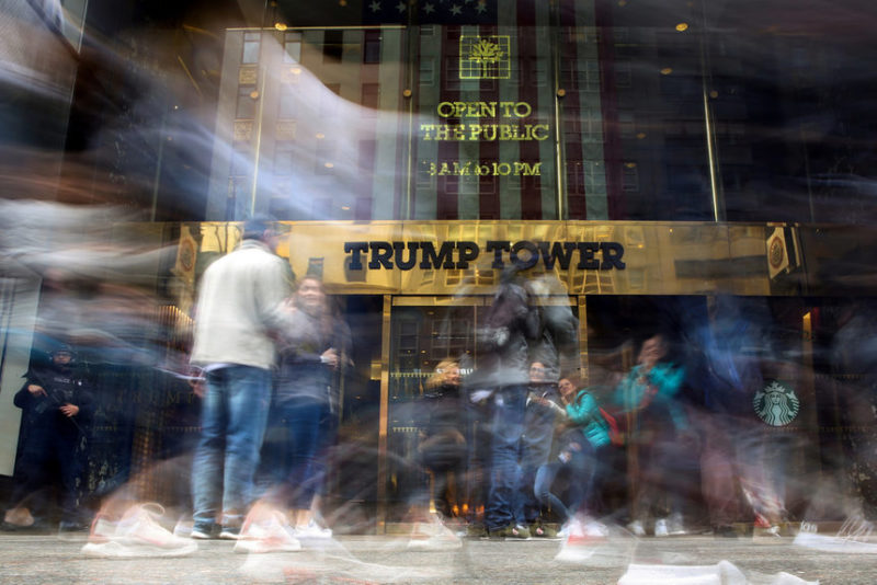 Люди фотографируют Башню Трампа