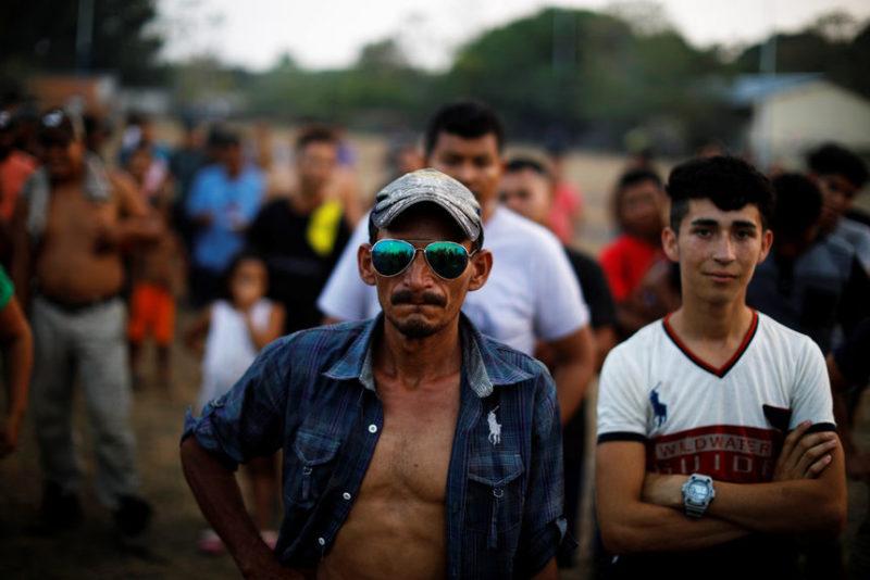 Мигранты из Сальвадора и Гондураса