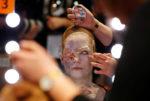 Модель во время конкурса макияжа