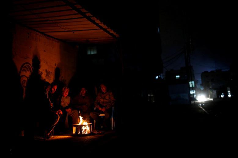 Палестинцы сидят у костра
