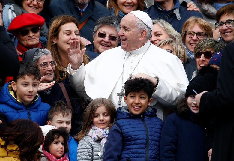 Папа Франциск приветствует людей
