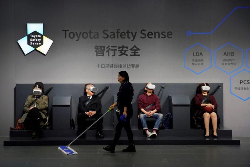 Посетители Шанхайского автосалона