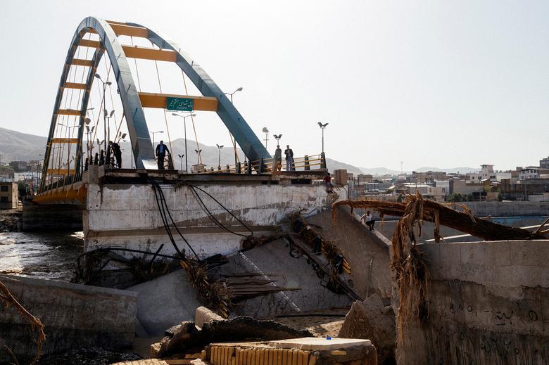 Разрушенный наводнением мост