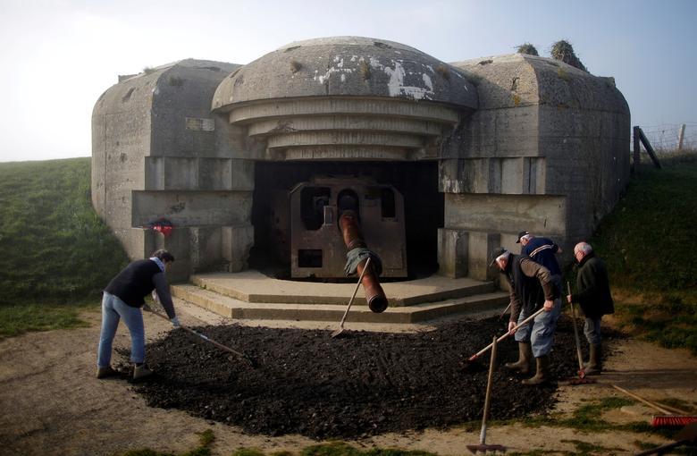 Волонтеры работают перед бункером