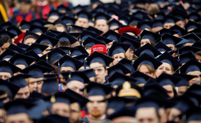 Выпускник в шапке «Сделай Америку великой снова»