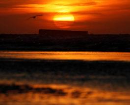 Заход солнца над «золотым пляжем»