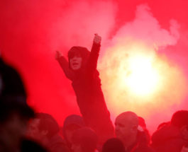 Зрители матча между Ливерпулем и Барселоной в Великобритании.