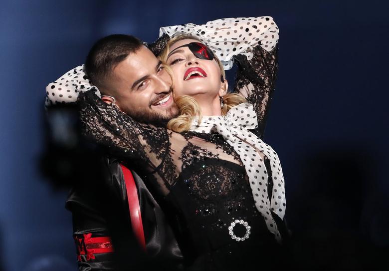 Мадонна выступает