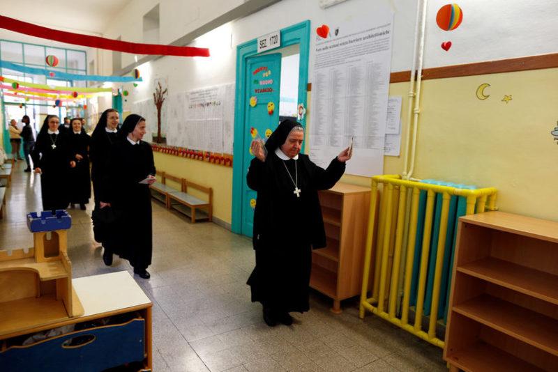 Монахини идут голосовать в Италии.