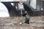 Мужчина в мусоре