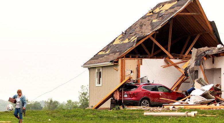Мужчина уходит из поврежденного дома