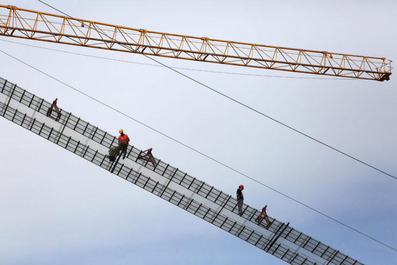 Рабочие строят мост