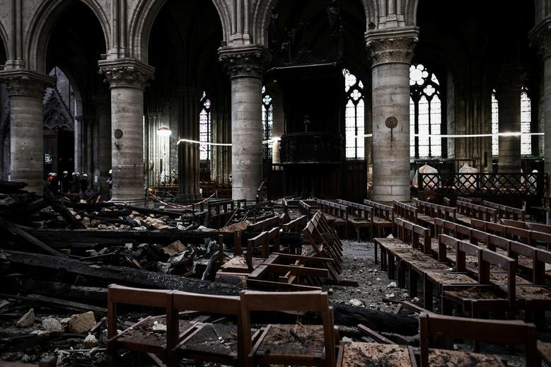 Развалины и повреждения в соборе Нотр-Дам
