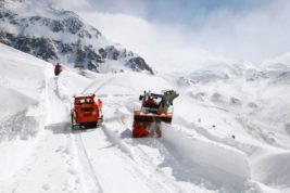 расчищают дорогу в альпах