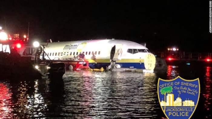 самолет упал в реку