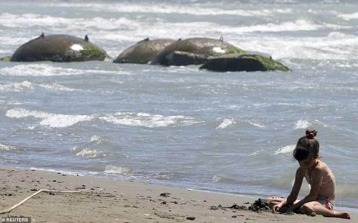 играет на пляже Семан