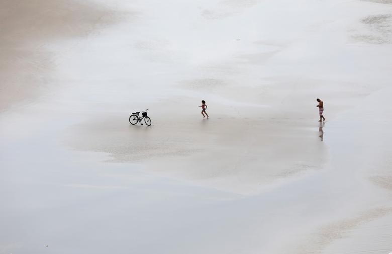 Девушка бежит к велосипеду