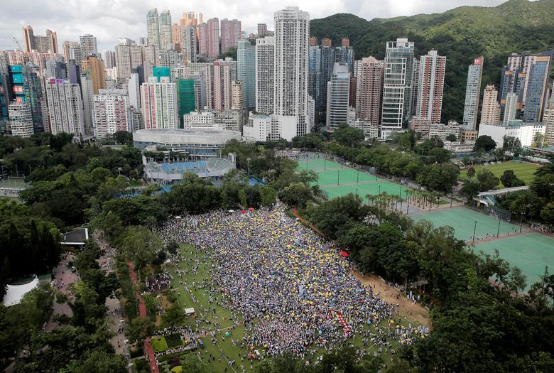 Демонстранты держат в Гонконге