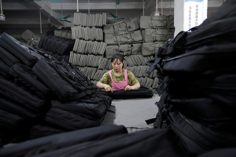 Женщина работает над оружейными коробками