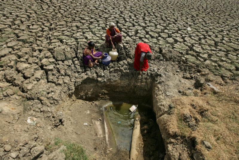 Женщины черпают воду