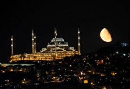 Луна поднимается над мечетью
