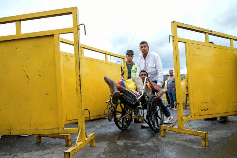 Люди пересекают колумбийско-венесуэльскую границу