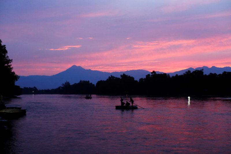 Люди пересекают реку в Гватемале.