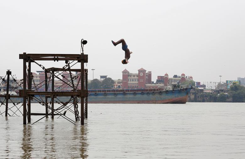 Мальчик прыгает в реку Ганг