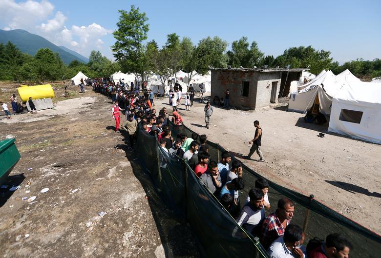 Мигранты ждут еды и одежды