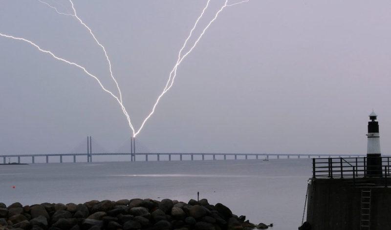 Молния ударяет в мост