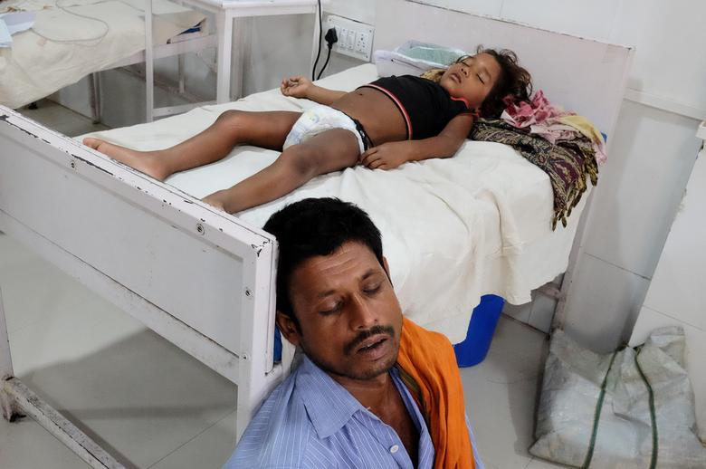 Мужчина спит рядом со своей дочерью