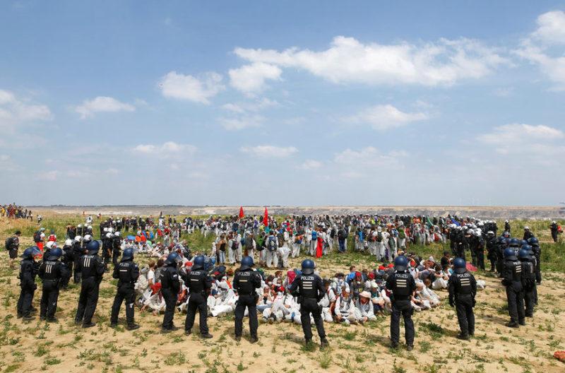 Полицейские блокируют активистов
