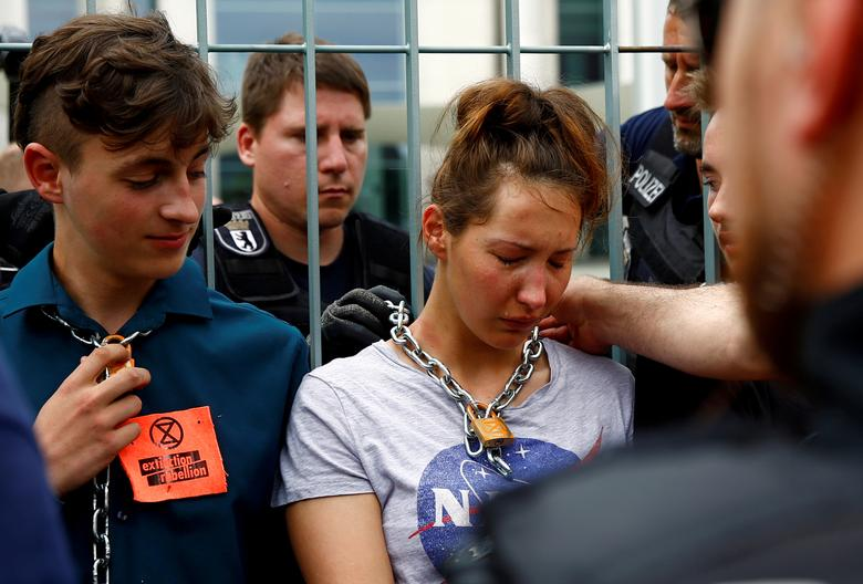 Полицейские снимают цепи с климатических активистов